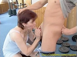 sporty mommy loves sex at the gym
