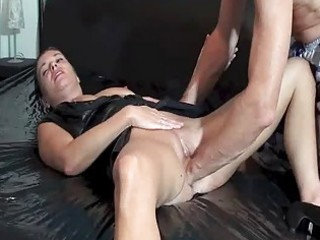fisting the wifes loose cunt till she is squirts